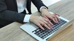 Nahaufnahme der Geschäftsfrau schreibend auf Laptop-Computer stock footage