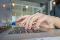 Nahaufnahme der Geschäftsfrauhand, die auf Laptoptastatur schreibt Stockfotos