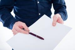 Nahaufnahme der Geschäftsmannhand ein Papier und einen Bleistift halten lizenzfreie stockfotografie
