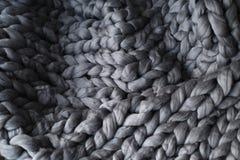 Nahaufnahme der gestrickten grauen Decke Lizenzfreies Stockfoto