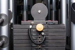 Nahaufnahme der Gewichtsstapelausrüstung der Gewichthebenmaschine Lizenzfreies Stockfoto