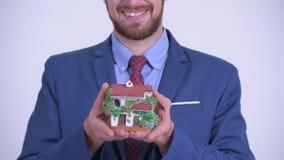 Nahaufnahme der glücklichen bärtigen Geschäftsmannholding-Hausfigürchens stock video footage