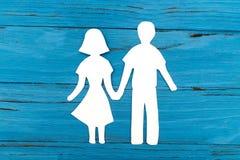 Nahaufnahme der glücklichen Papierfamilie auf blauem Hintergrund Lizenzfreie Stockbilder