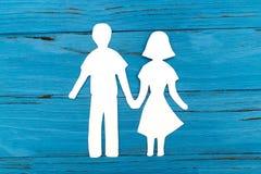 Nahaufnahme der glücklichen Papierfamilie auf blauem Hintergrund Lizenzfreies Stockbild