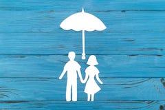 Nahaufnahme der glücklichen Papierfamilie auf blauem Hintergrund Lizenzfreie Stockfotos