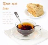 Nahaufnahme der Glastasse tee und geschmackvollen Kuchen Stockfotografie