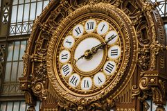 Nahaufnahme der goldenen Uhr an der ` Quai d Orsay-Museumshaupthalle in Paris Stockbild