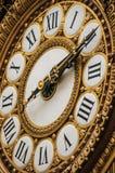 Nahaufnahme der goldenen Uhr an der ` Quai d Orsay-Museumshaupthalle in Paris Lizenzfreies Stockfoto
