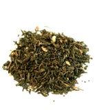 Nahaufnahme der grünen Teeblätter mit dem Jasmin getrennt Lizenzfreie Stockfotografie