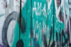 Nahaufnahme der Graffitiholzwand Lizenzfreies Stockfoto