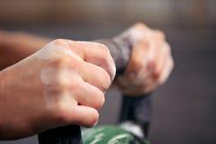Nahaufnahme der Hände auf Kettlebell Stockfoto