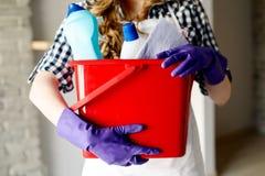 Nahaufnahme der Hände der Frau, die Eimer voll von den Reinigern halten lizenzfreies stockfoto