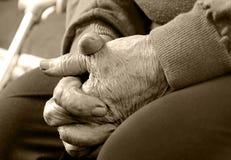 Nahaufnahme der Hände einer alten Frau verbunden Lizenzfreie Stockfotos