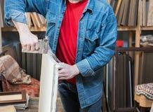 Nahaufnahme der Hände eines Künstlers, die Segeltuch in Handarbeit machen Stockfotografie