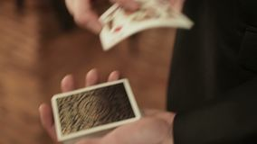 Nahaufnahme der Hände eines Magiers, die Kartentrick durchführen stock video footage