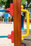 Nahaufnahme der hölzernen Planke mit Plastikteil des Spielplatzes Stockfotografie