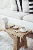 Nahaufnahme der hölzernen Tabelle der Weinlese und der schönen Platte Stockfotografie