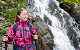 Nahaufnahme der hübschen Frau gegen Wasserfall Balea in Fagarash-Bergen Lizenzfreie Stockbilder