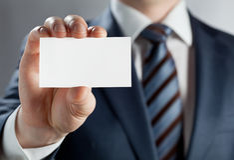 Nahaufnahme der Hand des jungen Mannes, die leeres Abzeichen zeigt Lizenzfreies Stockbild