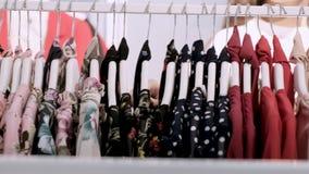 Nahaufnahme der Hand des M?dchens in einem Bekleidungsgesch?ft, das ein stilvolles Sommerkleid w?hlt Einkaufen am Kleidungsausste stock footage