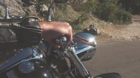 Nahaufnahme der Hand des Radfahrers auf Motor ablage Nahaufnahmehand des Motorradfahrers in den Lederhandschuhpressen auf Gas vor stock video footage