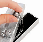 Nahaufnahme der Hand eine Halskette mit einer Perle anhalten Stockfotografie