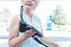 Nahaufnahme der Hand eines älteren weiblichen Fahrers, der die Gaszufuhr hält Lizenzfreie Stockfotos