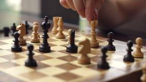 Nahaufnahme der Hand eines Mannes, der Schach spielt stock footage