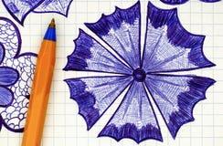 Nahaufnahme der Hand gezeichneten Blume auf Blatt des karierten Papiers mit O Stockfotografie