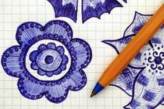Nahaufnahme der Hand gezeichneten Blume auf Papier mit Stift Stockfoto