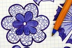 Nahaufnahme der Hand gezeichneten Blume mit Kugelschreiber Stockbild