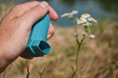 Nahaufnahme der Hand mit Asthma aeroso Stockbild