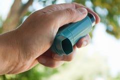 Nahaufnahme der Hand mit Asthmaaerosol Stockfotografie