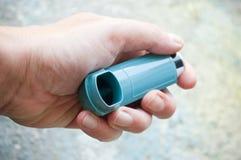 Nahaufnahme der Hand mit Asthmaaerosol Stockbilder