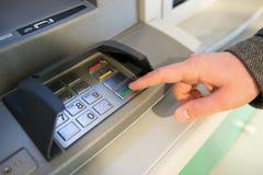 Nahaufnahme der Hand PIN-Code auf ATM-Maschinentastatur eingebend Lizenzfreie Stockfotografie