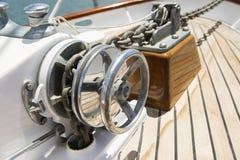 Nahaufnahme der Handkurbel auf Yacht stockfotos