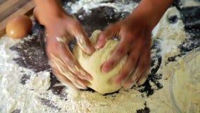 Nahaufnahme der Hausfrau Teig kochend stock video