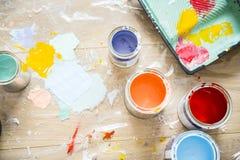 Nahaufnahme der Hausmalereierneuerung stockfotografie
