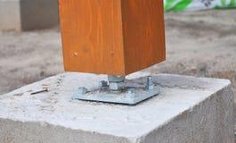 Nahaufnahme der hölzernen Säule auf der Baustelle mit Schraube Lizenzfreies Stockfoto