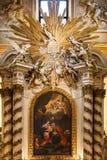 Nahaufnahme der Innenwand hinter dem Altar Stockbild