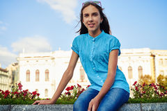 Nahaufnahme der Jugendlichen in der hellen blauen Bluse, die auf dem Florida sitzt Stockfotos