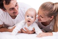 Nahaufnahme der jungen Familie mit Baby über Weiß lizenzfreie stockfotos
