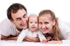 Nahaufnahme der jungen Familie mit Baby stockbilder