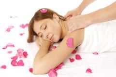Nahaufnahme der jungen Frau Massage empfangend Stockfotos