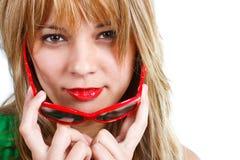 Nahaufnahme der jungen Frau mit roten Sonnenbrillen Lizenzfreies Stockbild
