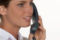 Nahaufnahme der jungen Frau mit Telefon stockbild