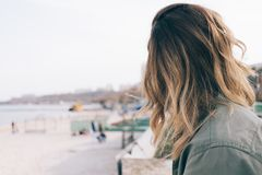 Nahaufnahme der jungen Frau sitzt auf dem Strand Lizenzfreies Stockfoto