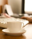Nahaufnahme der Kaffeetasse nahe Tastatur Stockbilder