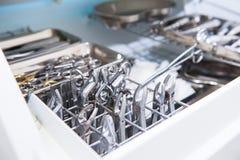 Nahaufnahme der Kammer für sterile Lagerung von medizinischem und von chirurgischen Instrumenten im Zahnarzt ` s Büro chirurgie z Lizenzfreie Stockbilder