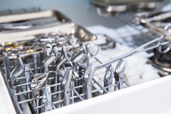 Nahaufnahme der Kammer für sterile Lagerung von medizinischem und von chirurgischen Instrumenten im Zahnarzt ` s Büro chirurgie z Lizenzfreie Stockfotos